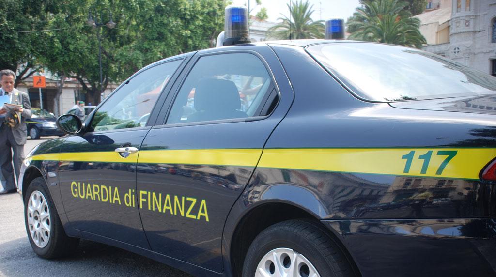 Finanziere cade dal tetto durante l'inseguimento: è grave. Nell'operazione, arrestati 15 scafisti
