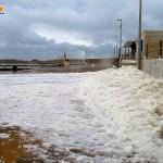 San Leone, MareAmico: porticciolo invaso da schiuma maleodorante dopo la mareggiata – VIDEO