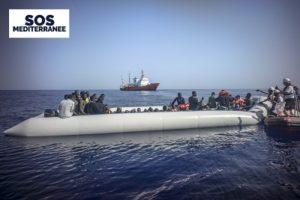 Une centaine de personnes etaient entassees dans le bateau./Approximately 100 people were crammed into the boat.