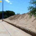 """Viale delle Dune, torna percorribile la pista ciclabile: MareAmico """"sposta"""" la sabbia"""