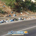 """Spazzatura sulla strada per la Scala dei Turchi, MareAmico: """"quanta inciviltà"""" – VIDEO"""