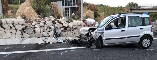 """Incidente mortale sulla statale 640: auto sbatte contro la rotonda della """"Strada degli Scrittori"""" – FOTO"""
