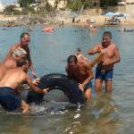 Uno pneumatico nel mare di San Leone: bagnanti rimuovono l'ingombrante rifiuto