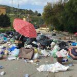 Porto Empedocle, immondizia gettata per la strada: interrotta la circolazione stradale – VIDEO