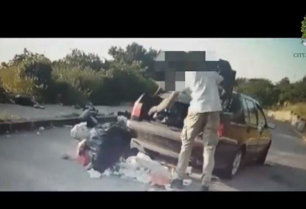 Agrigento, abbandona sacchi dell'immondizia per strada: filmato incivile – VIDEO