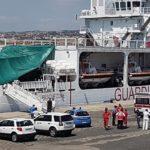 """Nave """"Diciotti"""", dopo l'ispezione sanitaria chiesto lo sbarco per 16 migranti – FOTO"""