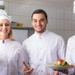 Divise da lavoro: qual è l'abbigliamento da usare nelle cucine?