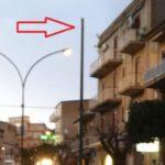Favara, cade l'armatura stradale di un palo dell'illuminazione pubblica