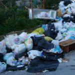 Favara, abbandonano rifiuti nei pressi del cimitero comunale: scattano le sanzioni