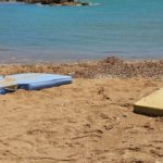 """San Leone, materassi in spiaggia. Mareamico: """"arrivati da chissà dove"""" – VIDEO"""