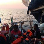 """Migranti tratti in salvo dalla nave """"Alex"""" diretti a Malta: Italia ne prenderà altri 55"""