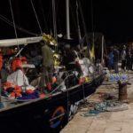 """Nave Alex, sbarcano i migranti: scatta il sequestro dell'imbarcazione. La """"Alan Kurdi"""" verso Malta"""