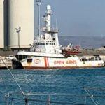 """Migranti, la """"Open Arms"""" arriva a Porto Empedocle"""
