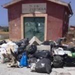 Discarica a cielo aperto fra Agrigento e Favara: rifiuti marciscono sotto il sole