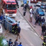 Incidente ad Agrigento, auto cappotta in pieno centro: automobilista intrappolata tra le lamiere