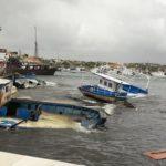 Maltempo a Lampedusa, imbarcazioni migranti vagano fra le onde del Porto