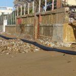 San Leone, mareggiata sfonda e distrugge muro di cinta: rotto il tubo delle fogne – VIDEO