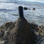 Punta Bianca, sfregiato uno scoglio: cementato tubo sulla roccia – VIDEO