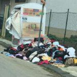 """Aragona, nelle strade spuntano i vestiti usati: """"si prendano provvedimenti immediati"""""""
