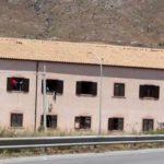 Siculiana, migranti in protesta sul tetto dell'ex Villa Sikania: a Casteltermini migranti positivi al Covid-19