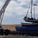 Lampedusa, iniziata la rimozione delle imbarcazioni dei migranti al Molo Favaloro