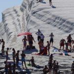 Scala dei Turchi, è ancora anarchia: bagnanti violano i divieti – VIDEO