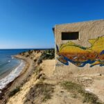 Spiaggia di Punta Bianca ed erosione costiera, casa rischia di crollare in mare – VIDEO
