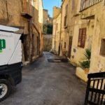 Mini spazzatrice in azione fra le vie del centro storico di Agrigento