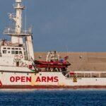 La Open Arms a Porto Empedocle: 265 migranti a bordo