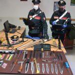 In possesso di coltelli, pugnali, balestre e altre armi: denunciato 48enne