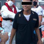 Migrante sbarca a Lampedusa indossando una maglia della Polizia di Stato