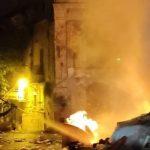 Favara, cumuli di rifiuti in fiamme: danneggiato edificio storico