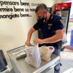 Agrigento, cittadino indigente non può comprare generi alimentari: aiutato dalla Polizia